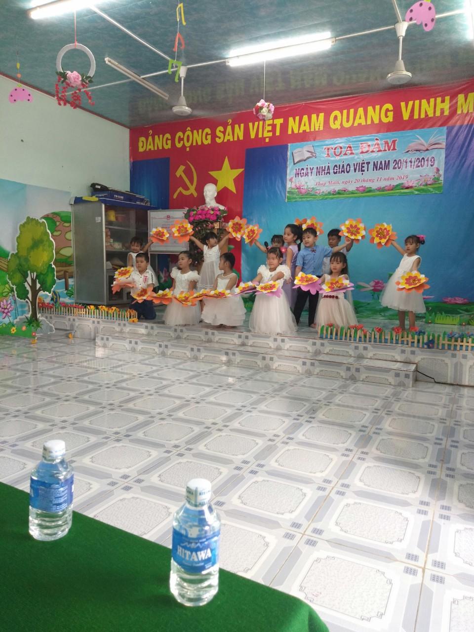 Hình ảnh: Các bé đang biểu diễn văn nghệ chào mừng